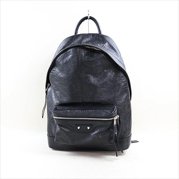 本日、BALENCIAGA Creased-Leather Backpackをお買取させていただきました! 人気定番アイテムです!!オールレザーですので高級感がありオシャレです。 近日中に楽天にも出品致しますのでお楽しみに!!