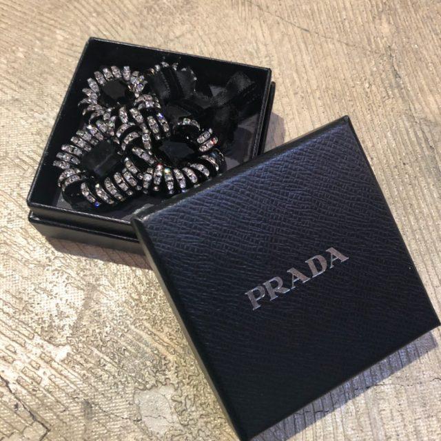 PRADA ビジュー装飾ブローチ
